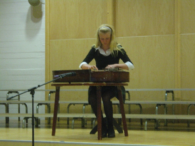 Lopen Laulu soi kauniisti myös kanteleella. Konserttikannelta soittamassa Asta Manninen.
