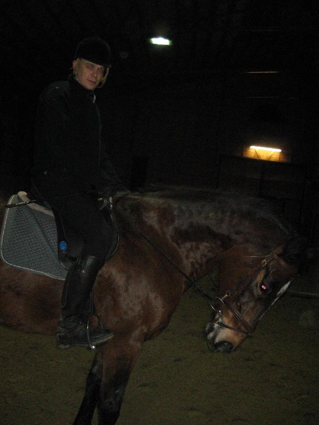 Olikin upea päästä tänään illalla vielä hevosen selkään. Näytti jo pahasti siltä, että hevostelu jää väliin juhlaviikkona, mutta onneksi löytyi tilaa. Mukava tunti olikin. Kiva ryhmä ja mukavia este- ja laukkatreenejä.