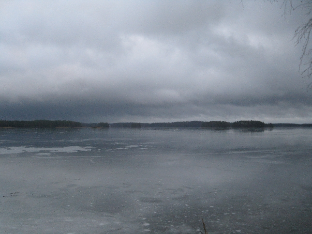 Pelottavan näköinen oli Loppijärvi tänään. Ohut jääpeite oli peittynyt vedellä ja pinta oli synkkä.