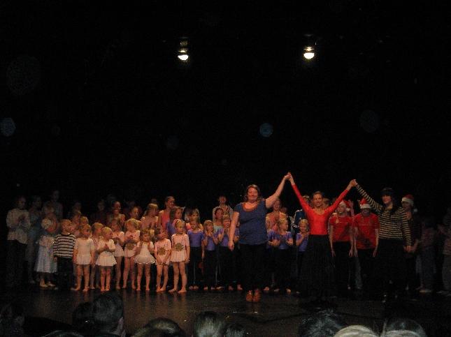 Riihimäkeläisen Tanssikoulu First Stepin jouluesitys oli jälleen upea kokemus. On mukava nähdä aina vuosittain se miten hurjasti tanssijat kehittyvät. Nytkin erittäin korkeatasoisia juttuja ja aivan uusiakin tanssijoita mukana.