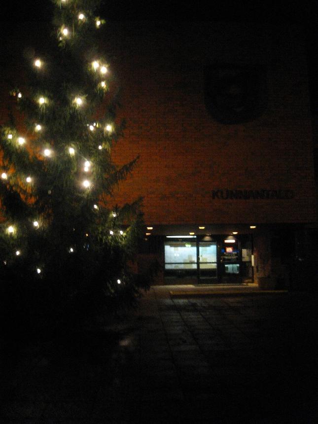 Kunnatalomme ja joulukuusemme illan kokouksen jälkeen. Ei lunta. Aika synkkää.