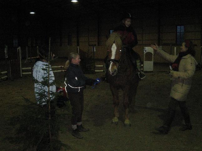 Vaahteramäen ratsutallin Christmas Tree Challengen junnujen palkintoja jakamassa Minna.