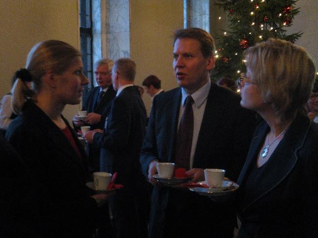 Jouluntunnelmaa ystävien kanssa puhemiehen joulukahvilla. Marjo, Harri ja Henna.
