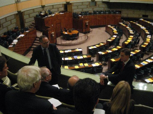 Tänään eduskunnassa oli jälleen myös vieraita päivän istuntotauon aikana. Minulla hieno ryhmä Riihimäen lukiolaisia ja tässä lahtelaisen Ilkka Viljasen vierasryhmä tenttaamassa puheenjohtajaamme.