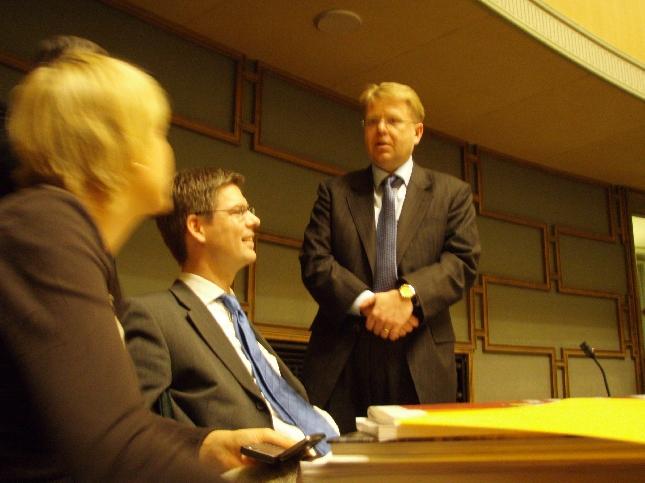 Takarivin taaveja tapaamassa tällä kertaa puolustusministerimme. Kuvassa siis takapenkkiläisistä Henna Virkkunen ja Sampsa Kataja ja ministerinä siis Jyri Häkämies.