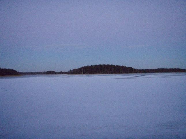 Loppijärvikin jälleen jäässä. Ensimmäinen jääpeite katosi lämpöasteiden mukana joulunaikaan, mutta heti uuden vuden alkajaisiksi järvi saai uuden kannen.