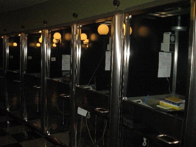 YKSITYISKOHTA EDUSKUNNASTA: Puhelinkoppeja istuntosalin käytävällä.