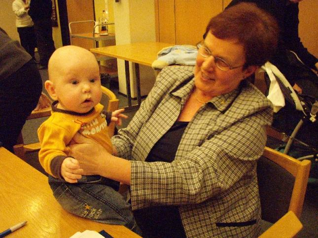 Pienestä se alkaa - ainakin kokoustaminen. Valtuutettumme Hanna Mikkola pieni Eetu-poika oli jo mukana kokoustouhuissa. Tässä Riitan seuraassa ja hurmasi.
