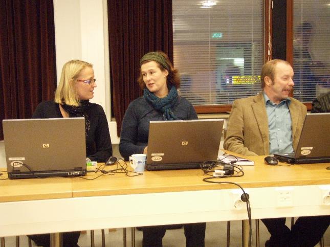 Kokoomuslaisia läppäreiden kanssa. Oikealta Kari Maunula, Minna Varis ja Saija Grönholm.