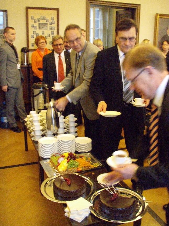 Tänään nautimme ulkoministerin 60-vuotisjuhlakahvit. Kiitokset ja onnittelut vielä Kanervalle.