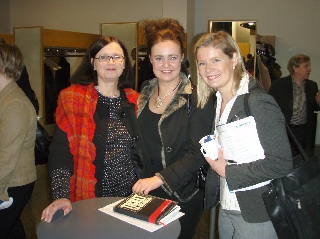Merja, Satu ja Sari - meidän Hämeen kokoomuksen puoluevaltuutetut - valmiina kokoukseen.