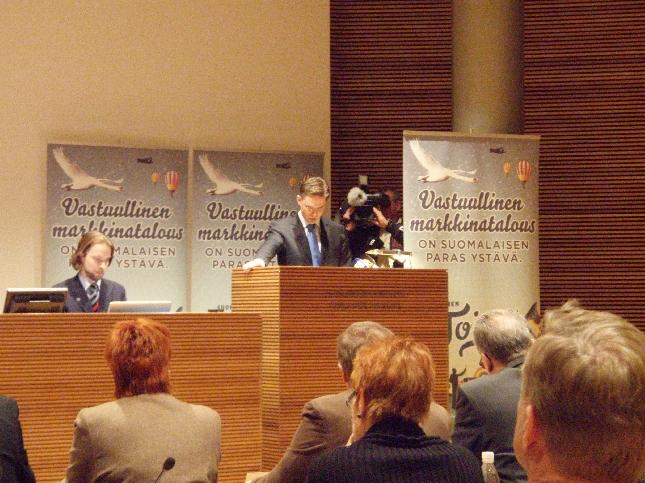 Puheenjohtajamme Jyrki Katainen alusti kokousta poliittisesta tilanteesta ja alkaneesta vuodesta.