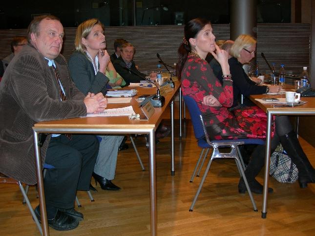 Meidän hämäläisistä edustajista Lauri Suomaa ja Sari Rautio tarkkoina Sari Sarkomaan takana.  Keskestelu oli tänään erittäin hyvää ja perusteellista. Siitä kiitos puoluevaltuuston väelle. Kuva: Merja Vahter.