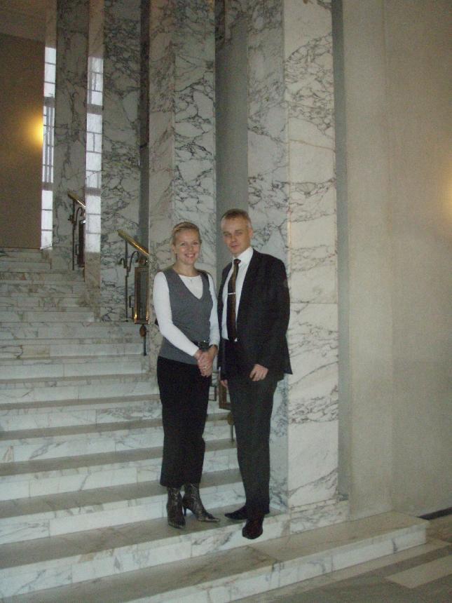 Pikkuserkun kanssa Eduskunnan marmoreilla. Kiitos vahtimestarille kuvasta :)