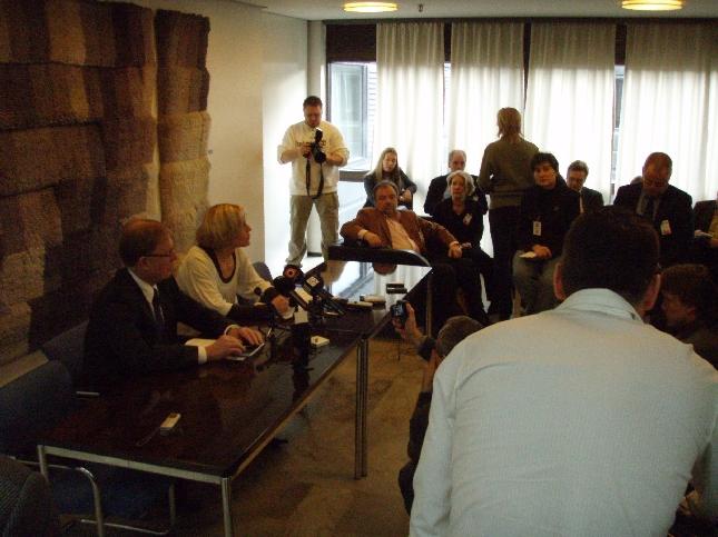 Merikukka Forsiuksen mediatilaisuus keräsi tänään lähetystöjen vastaanottotilan täyteen väkeä. Merikukka siirtyi siis tänään meidän eduskuntaryhmään ja tässä hän puheenjohtajamme Pekka Ravin kanssa tentattavana.