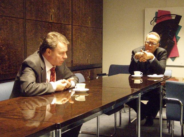 Tänään kävimme erittäin hyvän keskustelun Ilkka Kanervan ja Hollolan kokoomuslaisten kanssa illansuussa. Esillä asiat ulkopolitiikasta aina tuleviin kunnallisvaaleihin asti. Mukana Ilkka Viljanen (kuvassa), Jari Koskinen ja minä.