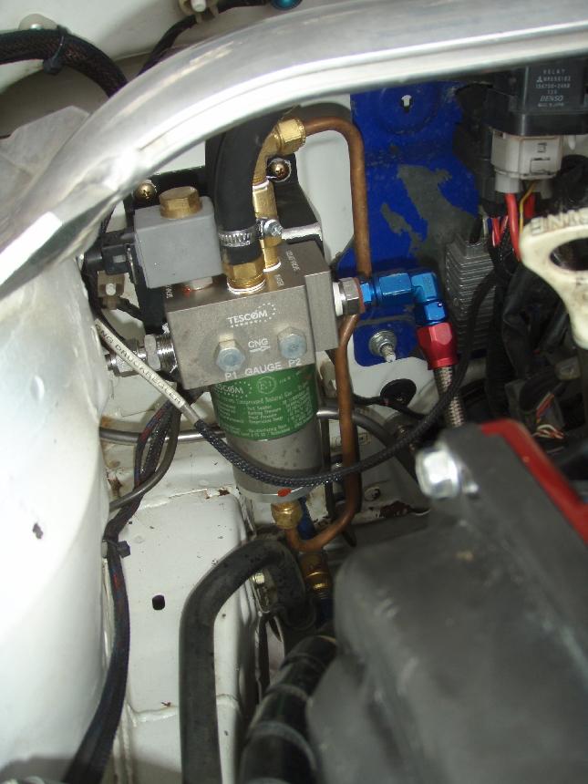 Tässä se pieni ero konehuoneen puolella. Muuten allaoleva kuva kertoo, että moottori ei eroa perinteisestä bensakoneesta.