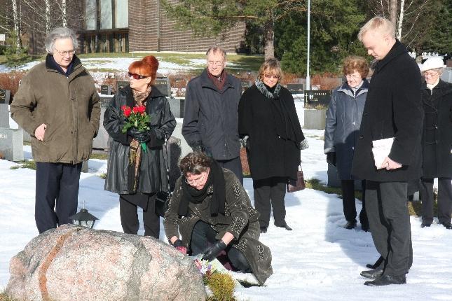 Tänään laskimme kauniissa auringonpaisteessa Juhani Peltosen kirjallisuusseuran kukkalaitteen kirjailijan haudalle. Tänään tuli kuluneeksi 10 vuotta Jussin kuolemasta.
