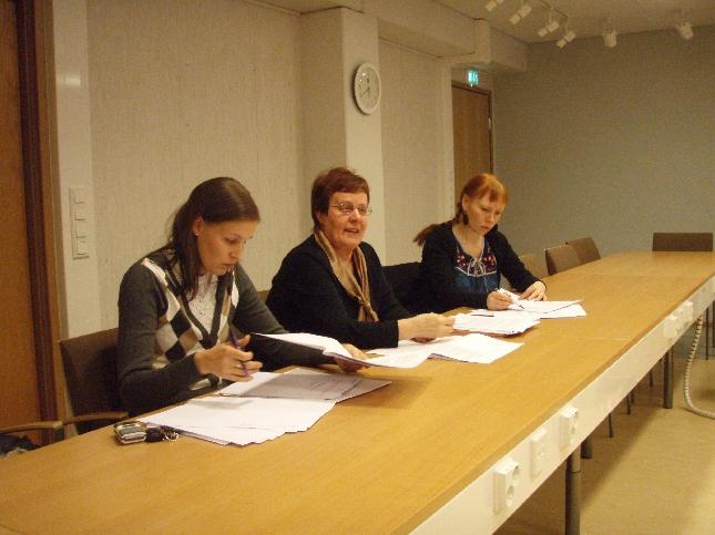 Kokoomuslainen valtuustoryhmäläisiä koolla ennen illan valtuustonkokousta.
