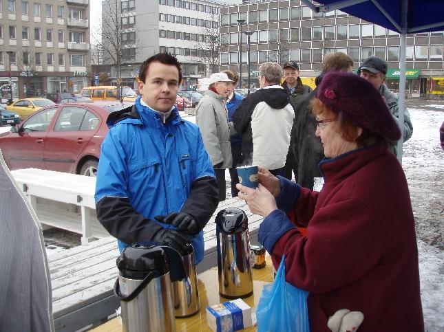Kahvi ja makkara tekivät kauppansa Hämeenlinnan Tuuletustunnilla.