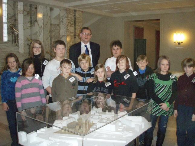 Lopen kunnan Läyliäisten koulun väkeä eduskunnassa. Pääministeri ehti osan kanssa kuvaan ja oli muuten kiinnostunut Läyliäisten Vahinkopalvelun tulevaisuudesta ja tilanteesta. Hyvä niin.