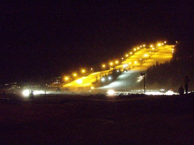 Ralliautojen valot kiiluivat upeasti laskettelurinteiden alla.