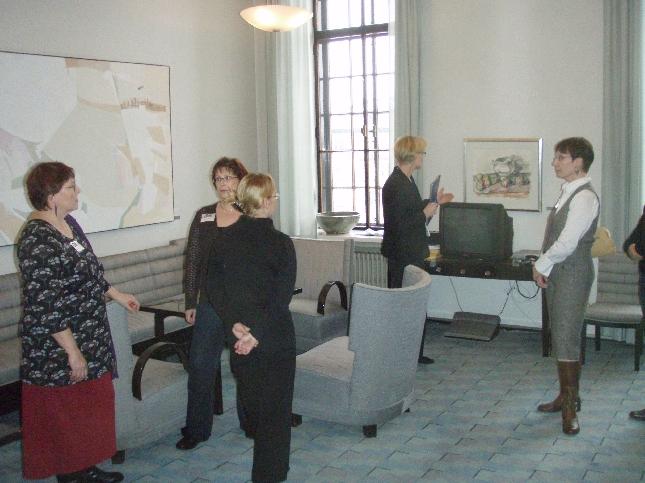 Tänään Lopen hammashoitolan väki oli tutustumassa eduskunnan taiteeseen. Itselläni kiireinen ja tiukka päivä, mutta kahville sentään yhdessä ehdittiin. Tässä naiset Naistenhuoneessa.