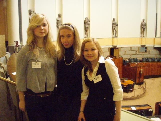 Kolme Lahden Lyseon toisen luokan opiskelijaa kävi tänään tutustumassa eduskuntaan. Keskellä oleva Monica Savander on lähdössä ensi syksynä kunnallisvaaleihin mukaan ja ystävät Jenny Lehto ja Sonja Lehtinen ovat innolla mukana tekemässä kampanjaa.