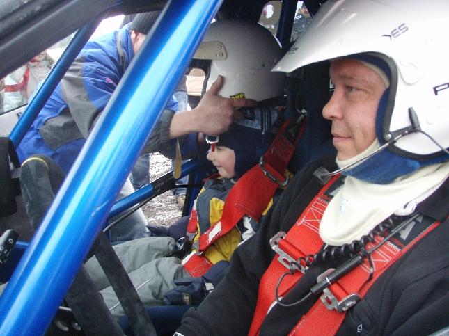 Petri Lehtovirta ja Subaru valmiina seuraavan kartturin kanssa.