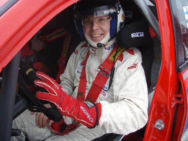 Vanajanlinna isäntä Pekka Vihva oli vahvasti mukana Sydänlasten ja -nuorten talvipäivässä tai viikonlopussa. Tässä ralliautonsa kanssa valmiina erikoiskokeelle.