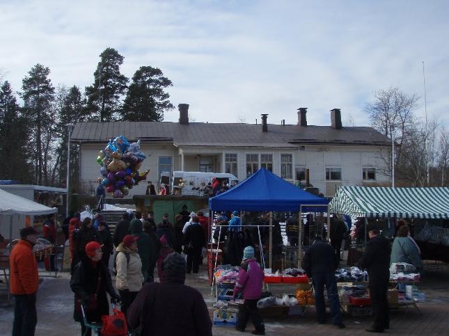 Lankalauantain Markkinat avasivat kotikuntani Lopen markkinavuoden. Väkeä riitti ja pääisiäisen toi torille myös paljon vapaa-ajanloppilaisia. Mökkikausi alkamassa.