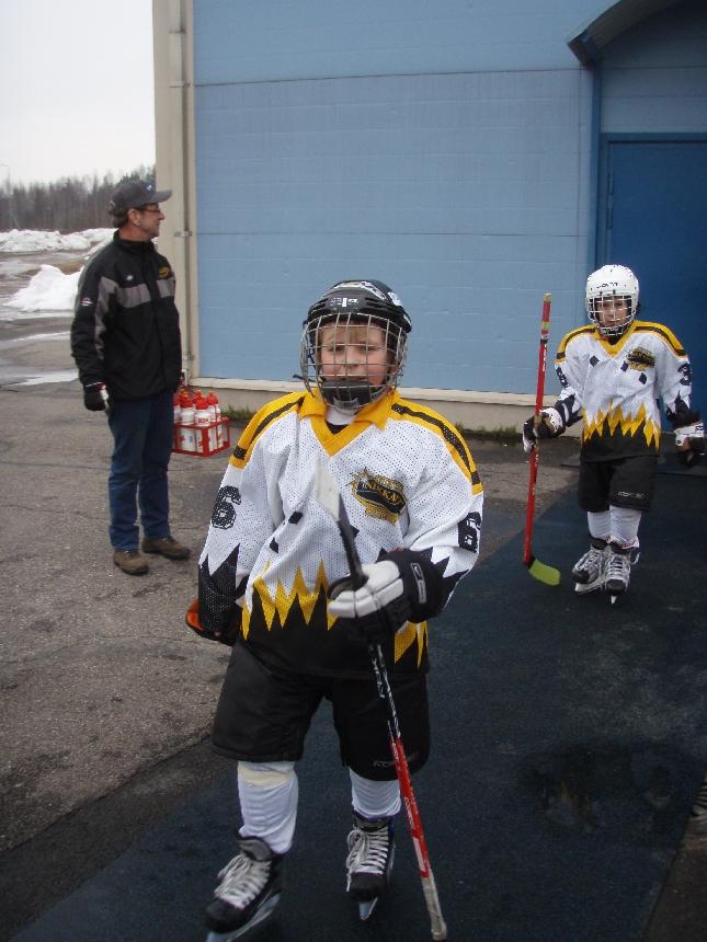 Kummipoikani Elias Koukku päivän jo kolmannen voitokkaan pelin jälkeen Riihimäen jäähalilla. Yksi päivän peleistä päättyi tasapeliin.