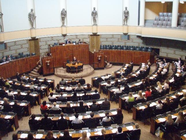 Kuvia Nuorten Parlamentin päivästä Suomen Eduskunnassa.