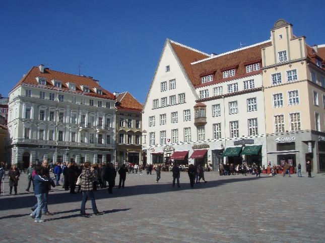 Keväinen Tallinna. Raatihuoneen torilla Vanhassakaupungissa riitti tunnelmaa kun aurinko alkoi lämmittää.