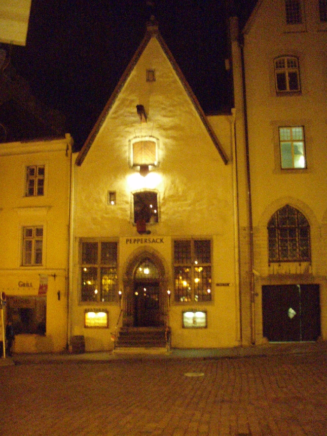 Tänään jo illalla ehdimme Tallinnaan. Peppersack oli illallisravintolamme tunnelmallisessa Vanhassa kaupungissa.