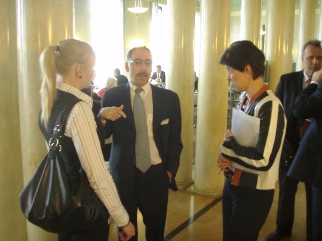 Emma Kimiläinen Marja Tiuran ja Ben Zyskowiczin kanssa Eduskunnan kahvilassa.