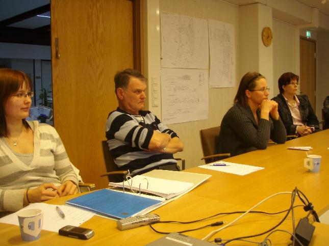 Tänään kokoonnuimme Lopen kokoomuksen hallituksen kanssa kokoukseen. Paikalla jälleen myös uusi jäseniä ja uusia kunnallisvaaliehdokkaitakin. Innostus hyvä ja kesällä olemme mukana markkinoilla mm. Perunankukkapäivillä ja sitten on luvassa Toivotalkoita ja kesäkokousta. Lisää yhdistyksemme kotisivuilla www.lopenkokoomus.fi.
