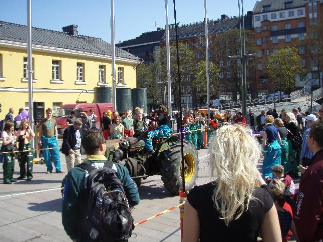 Helsingissä oli aamusta asti täysi hulina päällä. Kampin torilla harvinainen näky, kun ylioppilaat kisasivat traktorin kanssa. Hetken ehdin seurata ilonpitoa.