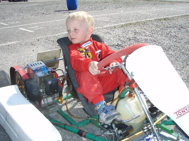 Roope Heikkilä 4 vuotta. Kolme viikkoa kartingia takana ja meno jo hienoa katseltavaa. Kyllä nuo pienet oppii nopeasti.