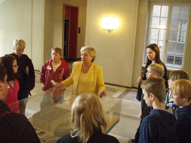 Läyliäisten koulun 6.luokkalaisia tänään aloittamassa leirikouluaan eduskuntavierailulla.