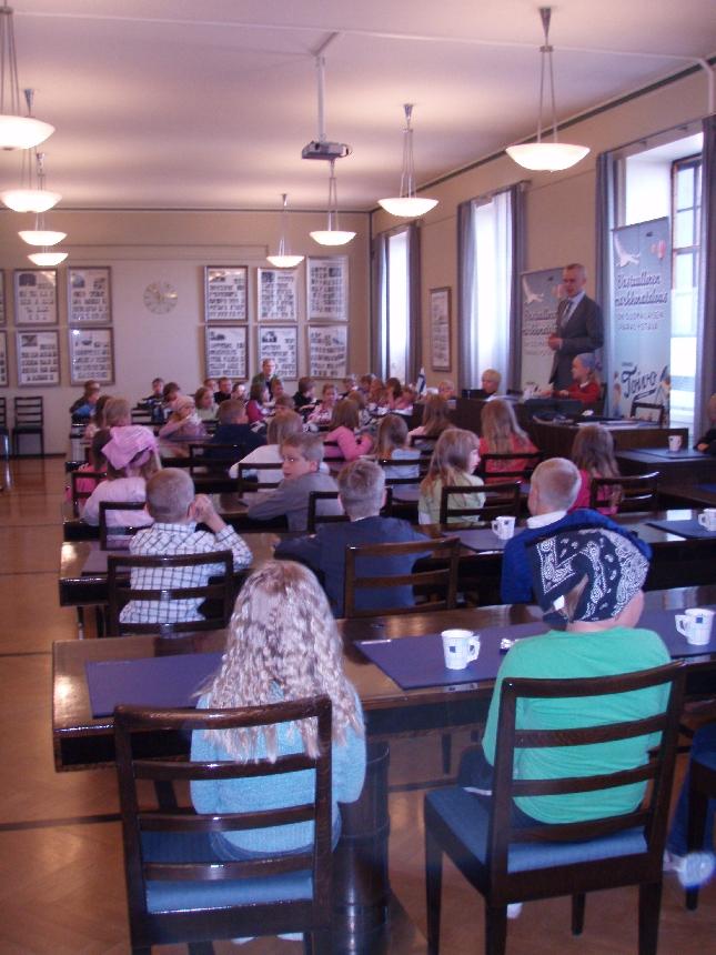 Lopen Kirkonkylän koulun 1. ja 2. luokkalaisia eduskuntavierailulla