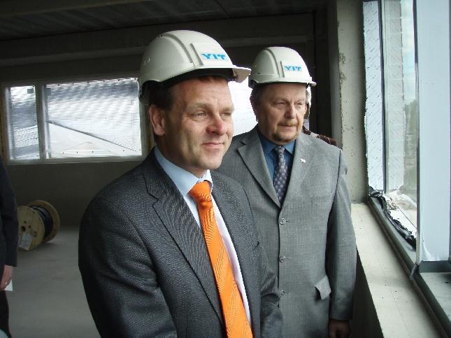 Riihimäen valtuustonpuheenjohtaja Olli Puputti ja asuntoministeri Jan Vapaavuori aseman uuden yritystalon ylimmässä kerroksessa.
