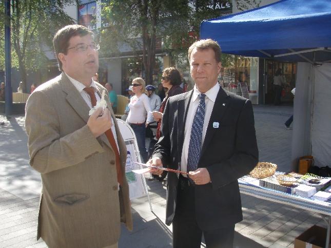 Ehdokkaat Satonen ja Mäkelä - ja jäätelö maistui kesäisellä kävelykadulla.