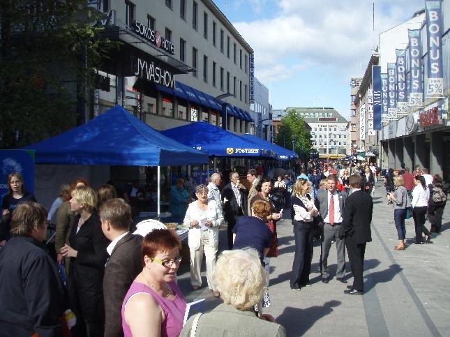 Tänään Puoluekokouskiertueemme suuntautui Jyväskylään. Ensin Kokoomus Kuuntelee -tilaisuus kävelykadulla ja sitten itse tentti tällä kertaa hienolla kahvilan terassilla.