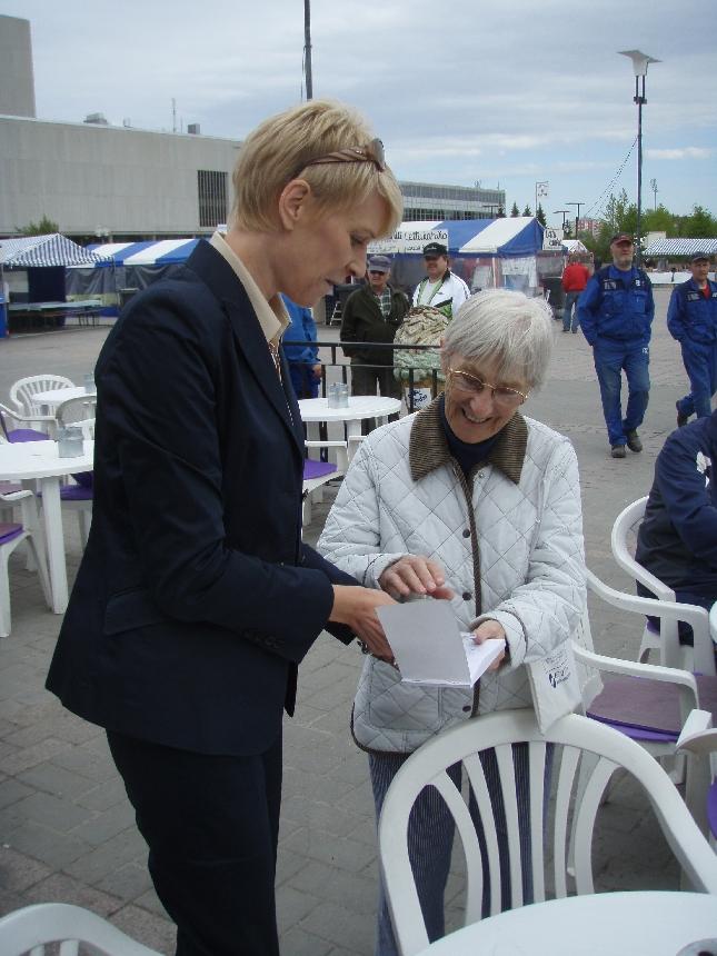 Leena Harkimo ja nimikirjoitus tuttuun kirjaan. Itse sain tehdä saman puoluekokouskiertueemme Oulun reissulla. Upea kirja täynnä nimikirjoituksia ja kirjoittajien kuvia.