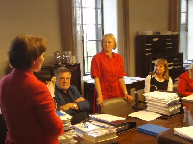 Tänään sivistysvaliokunnassa onnittelimme valiokuntamme jäsentä Jutta Urpilaista puolueensa puheenjohtajan valinnan johdosta. Valiokunnassa olen Juttaan tutustunut ja voin sanoa, että mainio valinta. Osaava ja lahjakas poliitikko, jolla on nyt avaimet tehdä paljon. Onnittelupuheen piti valiokuntamme puheenjohtaja Raija Vahasalo, joka totesi, että myös USA:ssa sivistysvaliokunnasta ovat ponnahtaneet eteenpäin myös Hillary Clinton kuin myös Barack Obamakin.
