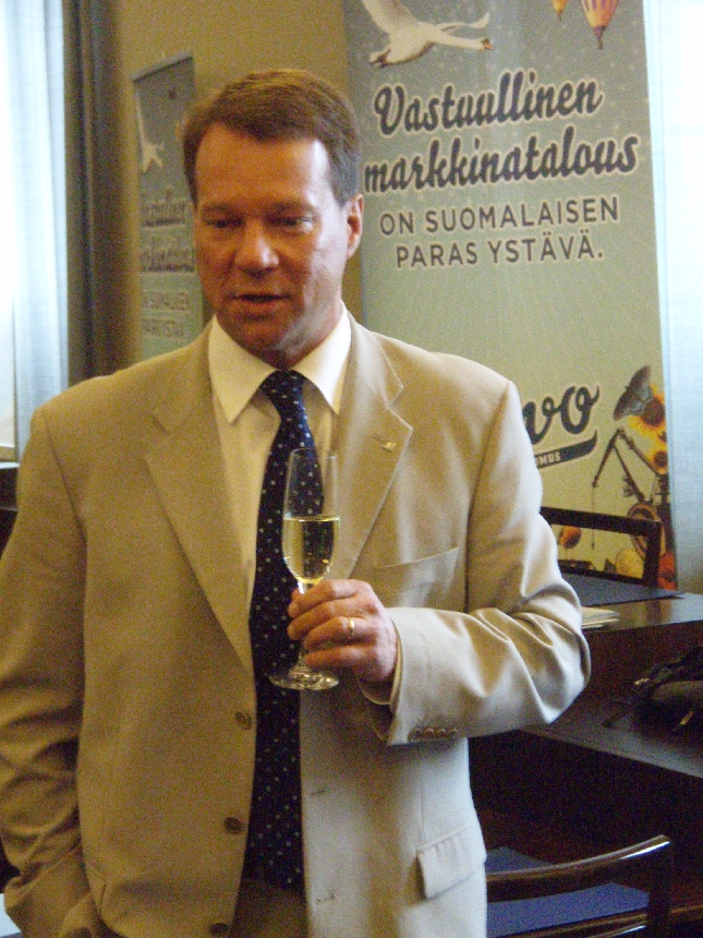 Mäksy eli Jukka Mäkelä piti uusien puheenjohtajiemme puheen. Yhtä hauska kuin koko kiertueemme. Monta hyvää slogania tuli kiertueelta tuli tässäkin puheessa :)