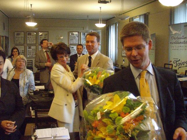 Sampsa ja Mäksy vastaanottamassa onnitteluja. Itse annoin voittaneille kilpakumppaneilleni ja ystävilleni myös pienet kesälahjat. Jotain Loppeen liittyvää.
