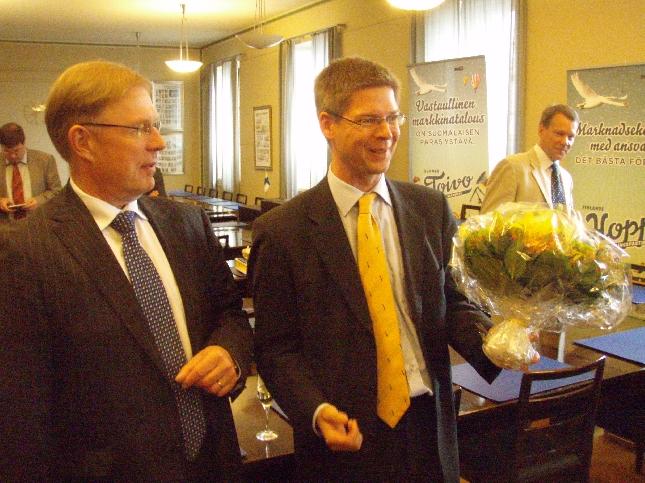 Uudet puheenjohtajamme Sampsa Kataja (kuvassa keskellä), Henna Virkkunen ja Jukka Mäkelä (oikealla) tarjosivat mansikoita valintansa ja kevään kunniaksi. Kaunis ja hieno tilaisuus. Kiitos hyville johtajillemme.