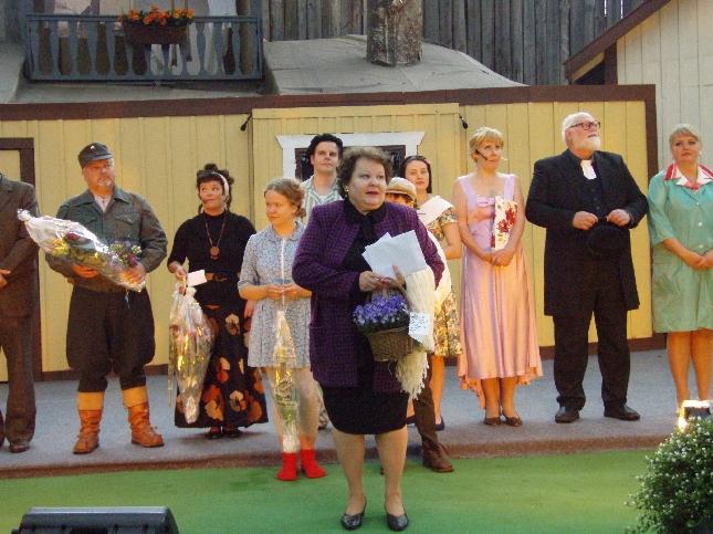 Lopen Teatterin kesän 2008 näytelmä Tangomusikaali Satumaa ja ensi-ilta valmis. Kiitospuhetta pitämässä puheenjohtaja Birgitta Suursalmi.